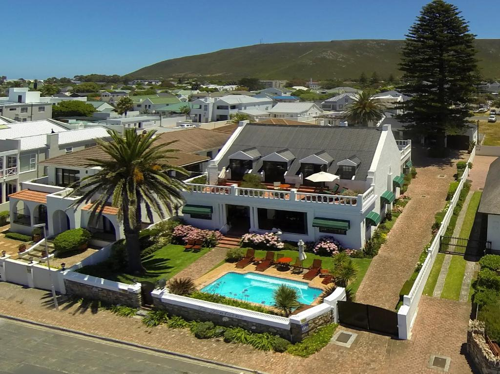 A view of the pool at La Fontaine Guest House Hermanus or nearby
