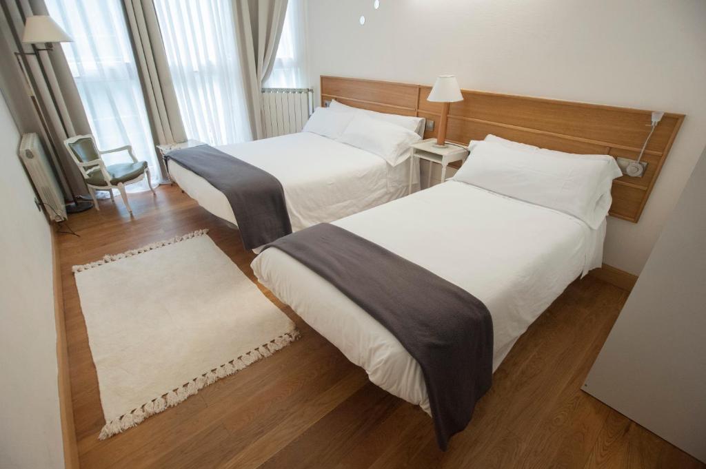 A bed or beds in a room at Pensión Artea