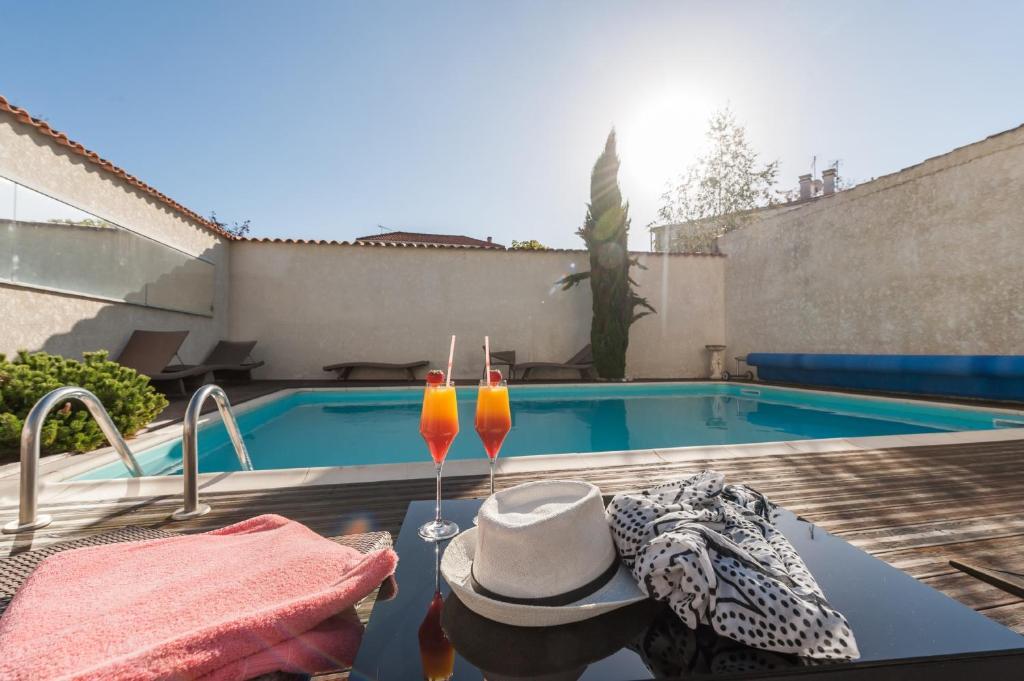 Der Swimmingpool an oder in der Nähe von Hôtel de la Plage