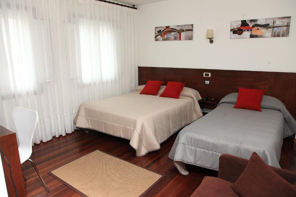 A bed or beds in a room at Hotel Restaurante Rúas