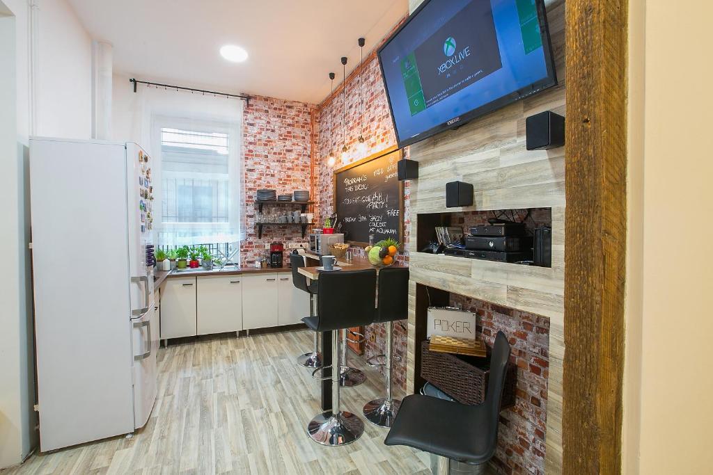 Una cocina o zona de cocina en Friends Hostel & Apartments