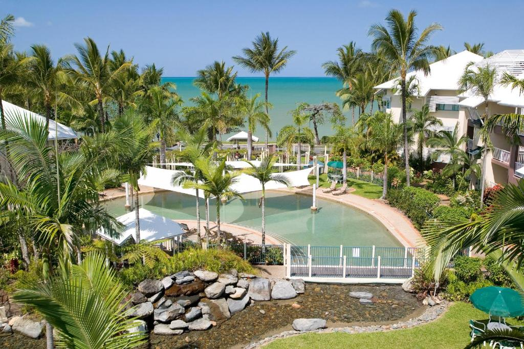 A view of the pool at Coral Sands Beachfront Resort or nearby