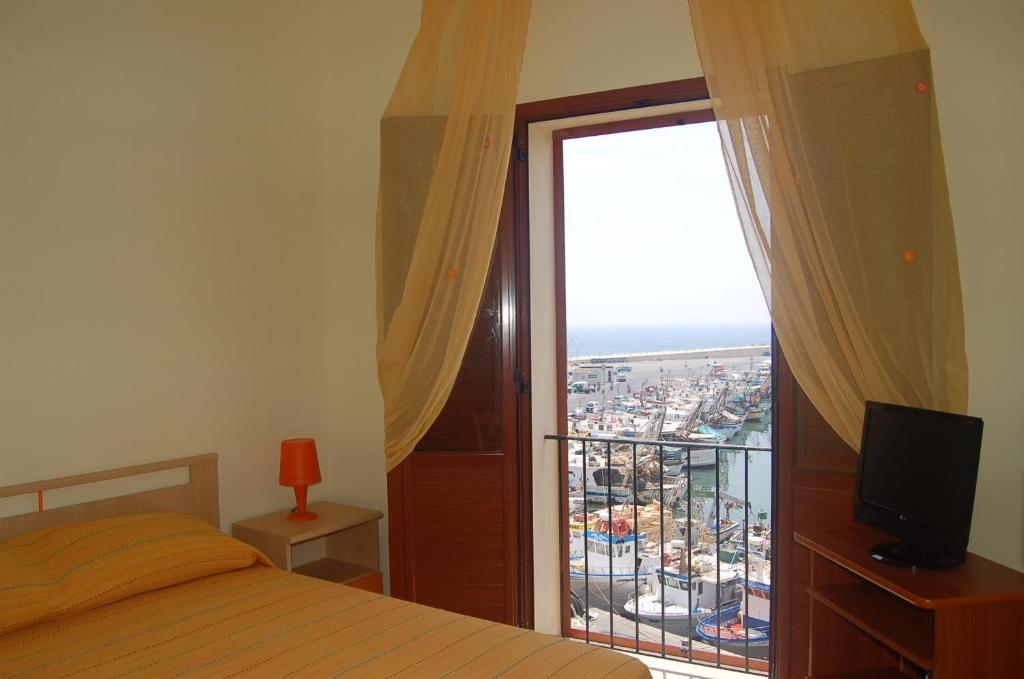A bed or beds in a room at Le Casette del Porto di Sciacca