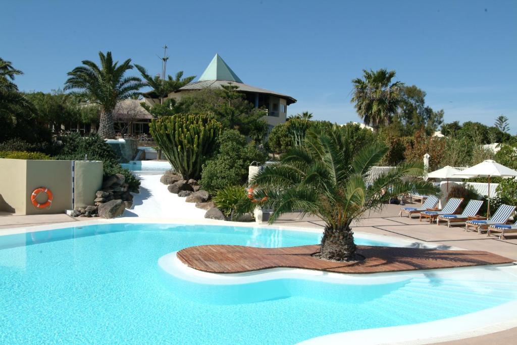 Het zwembad bij of vlak bij Hotel THe Risco Del Gato Suites