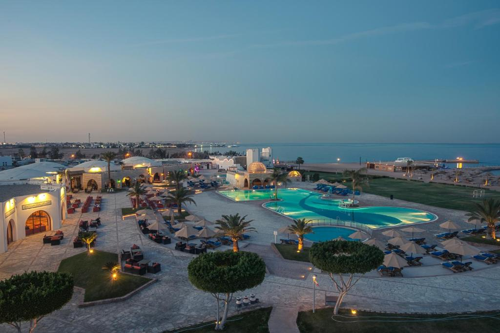 A view of the pool at Mercure Hurghada Hotel or nearby