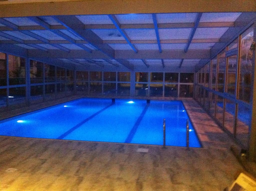 Бассейн в Riviera Hotel & Spa или поблизости