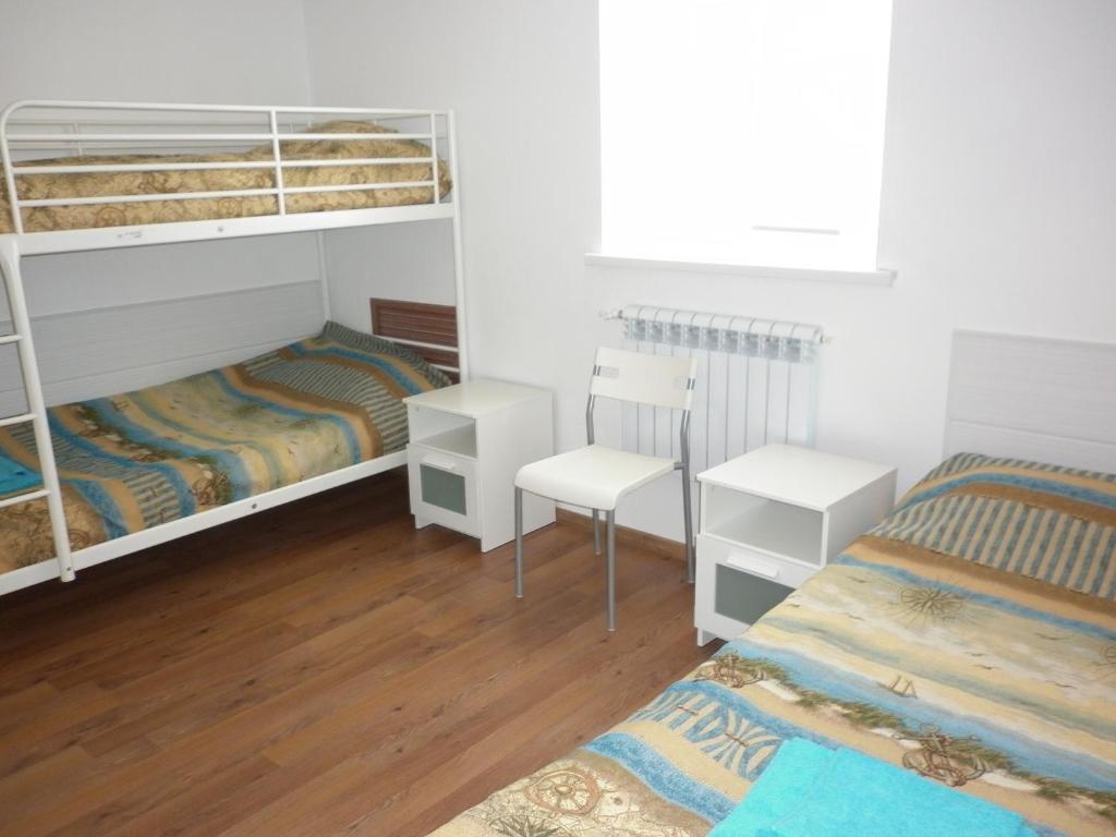 Двухъярусная кровать или двухъярусные кровати в номере Дом на Лесной