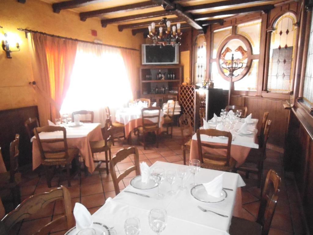 Un restaurante o sitio para comer en Hostal Los Galgos