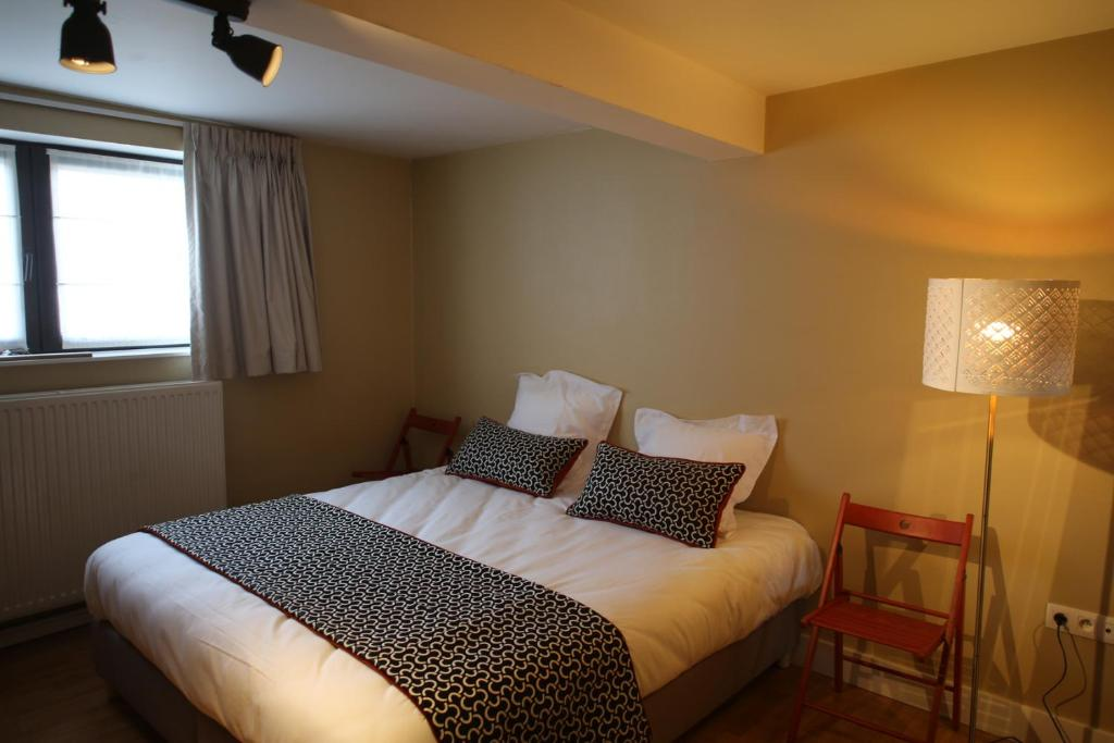 A bed or beds in a room at Brasserie Grenier Apartment
