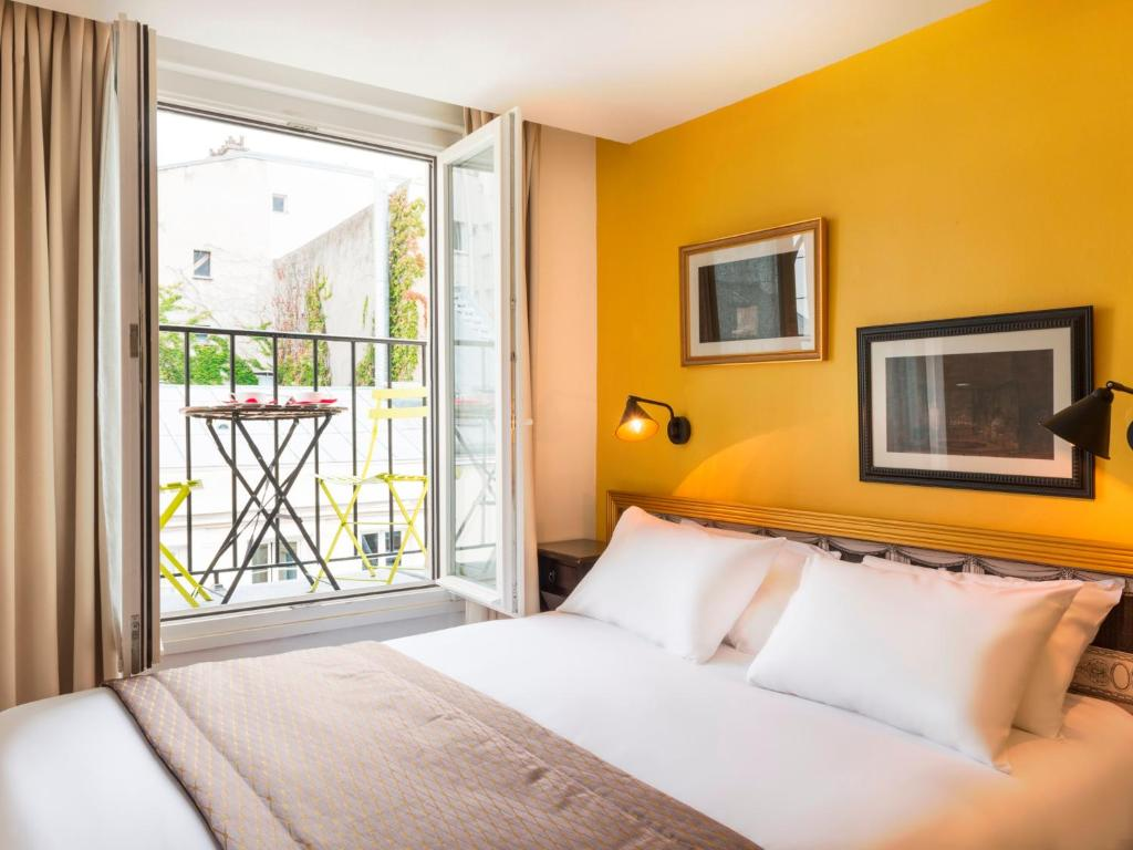 A bed or beds in a room at Hotel Sacha