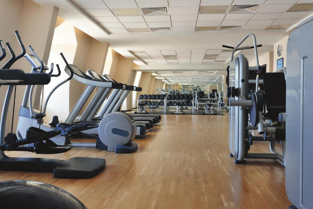 The fitness centre and/or fitness facilities at Avani Deira Dubai Hotel