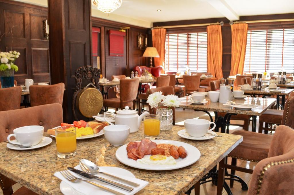 A restaurant or other place to eat at Celtic Lodge Guesthouse - Restaurant & Bar