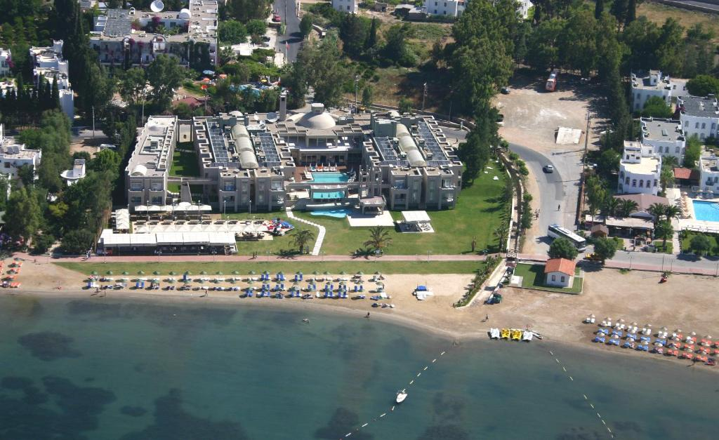 Een luchtfoto van Hotel Ambrosia