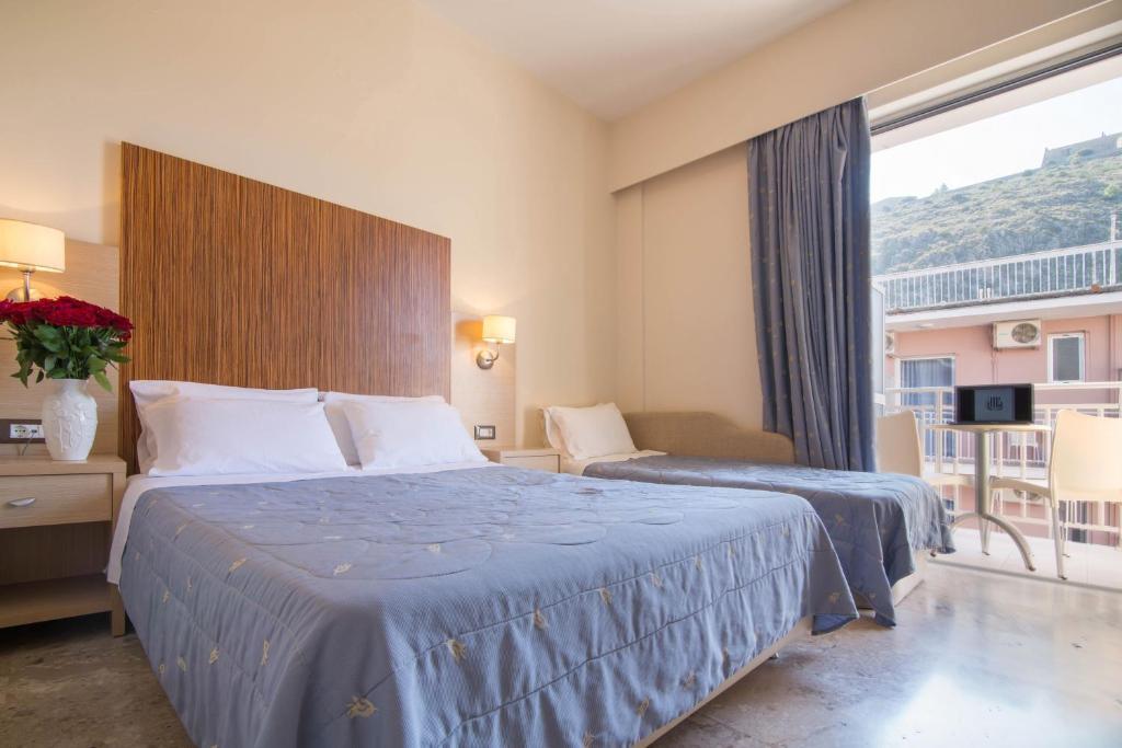 Ένα ή περισσότερα κρεβάτια σε δωμάτιο στο Ξενοδοχείο Έλενα