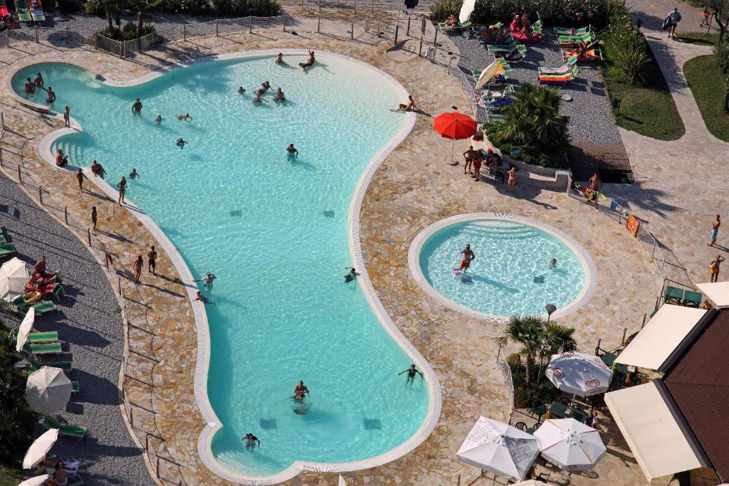 A view of the pool at Camping Baia Verde or nearby
