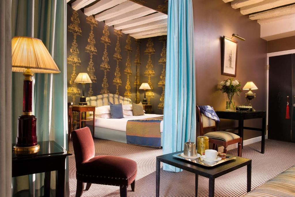 A bed or beds in a room at Hotel Residence Des Arts