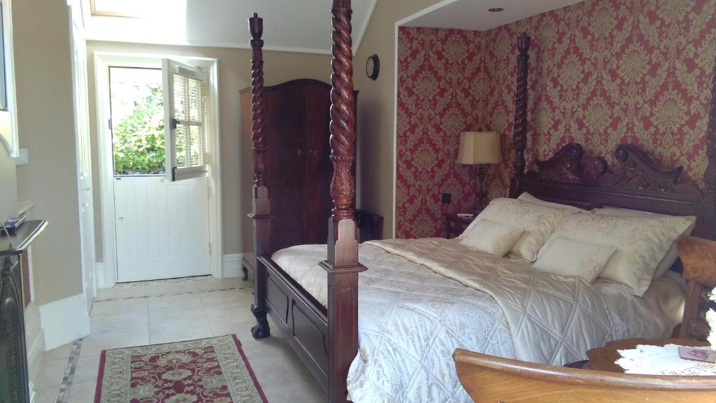 A bed or beds in a room at Riverside Lodge B&B