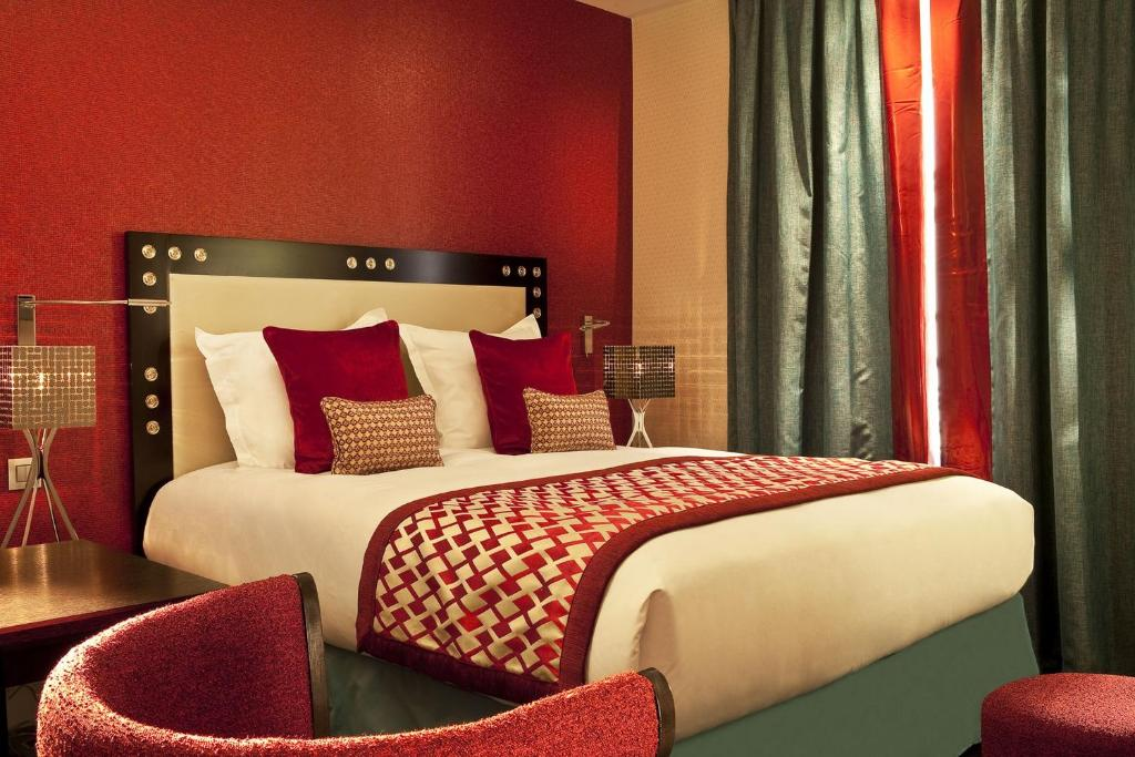 A bed or beds in a room at Hotel Le petit Paris