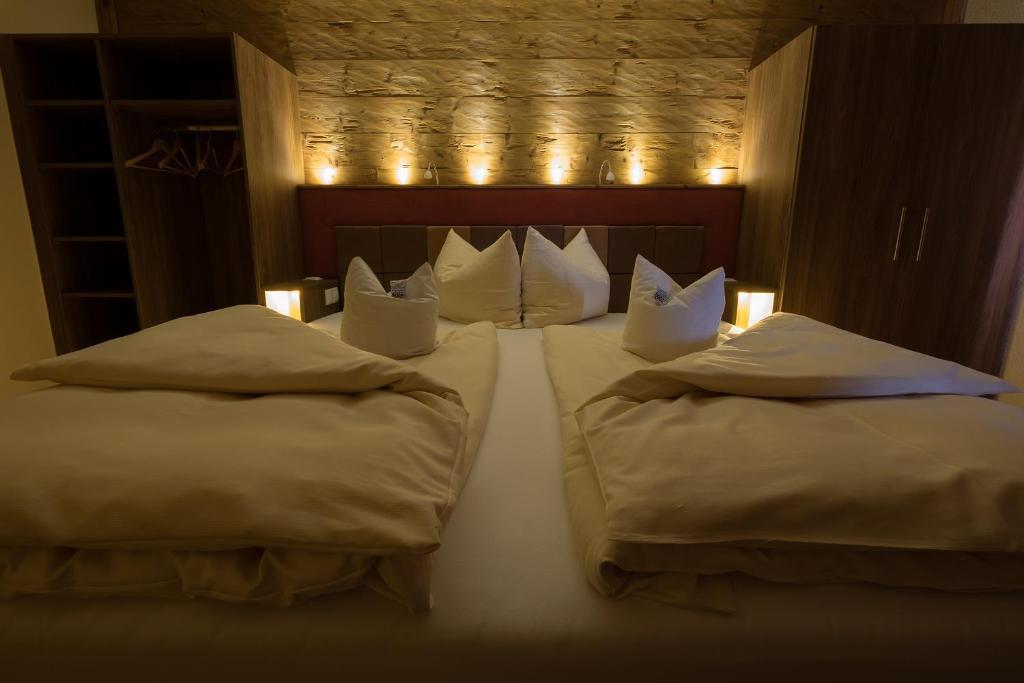 A bed or beds in a room at Landgasthof Zum Lang