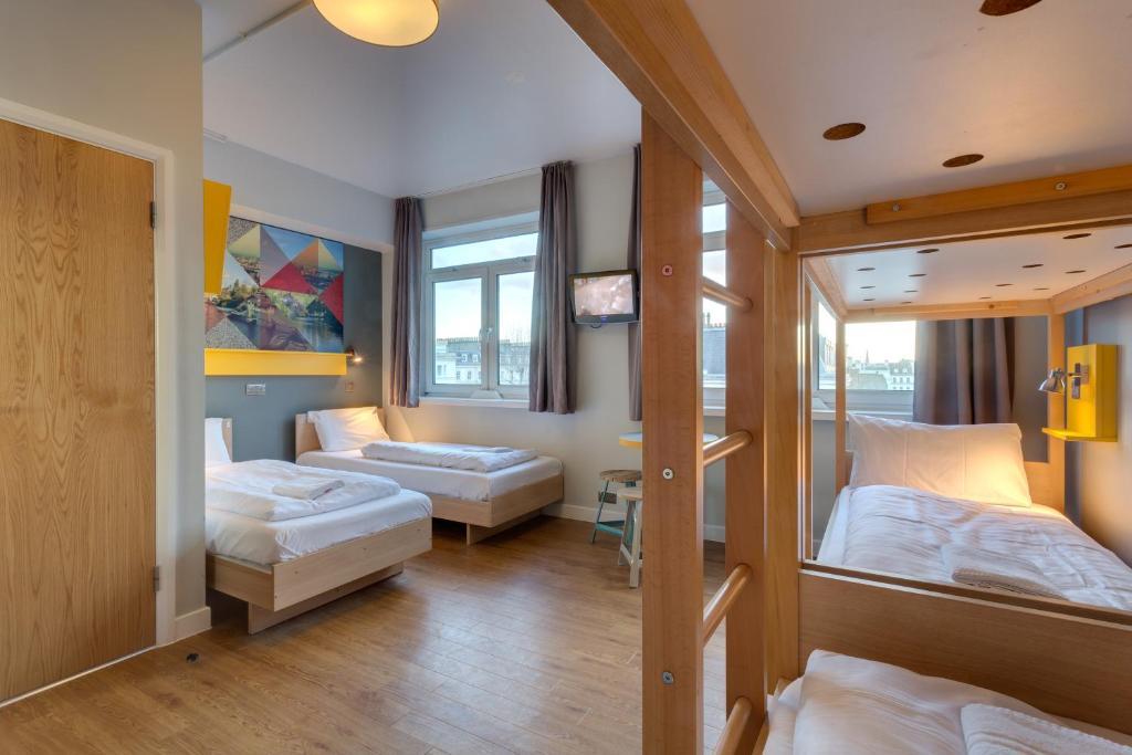Een bed of bedden in een kamer bij MEININGER Hotel London Hyde Park