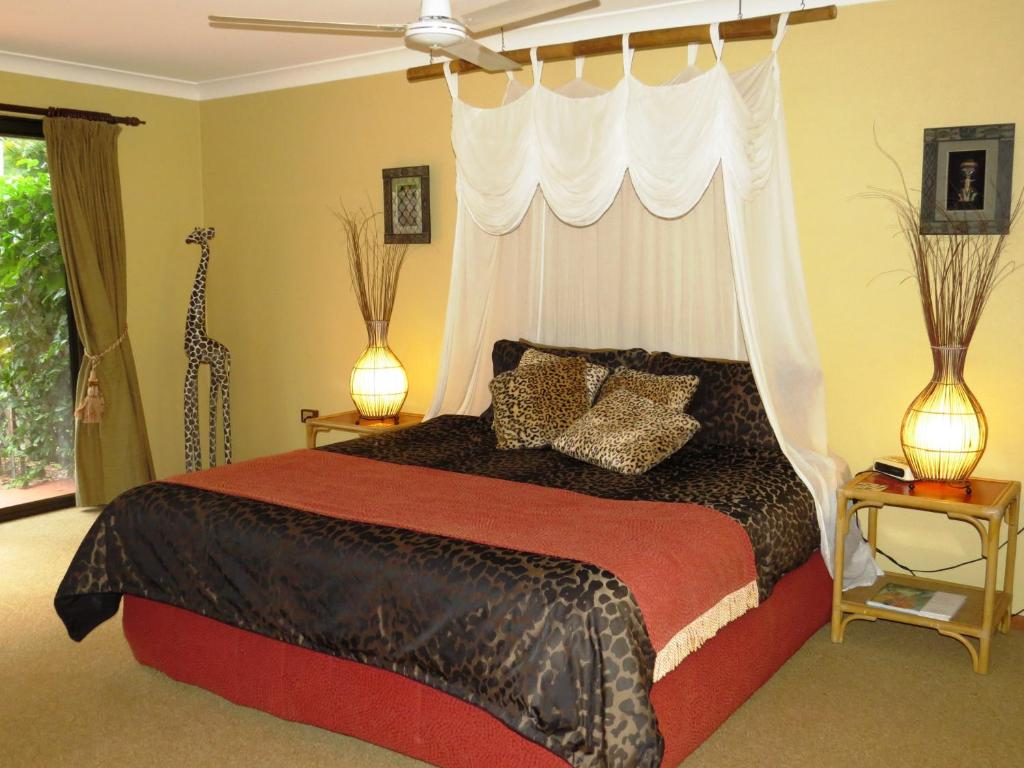 A bed or beds in a room at Gumtree on Gillies Bed and Breakfast
