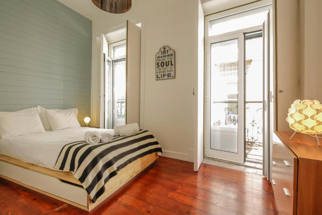 A bed or beds in a room at Bairro Alto Apartments by linc