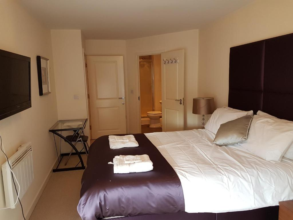 A bed or beds in a room at Apartment Town Centre - 2 bed, 2 bath