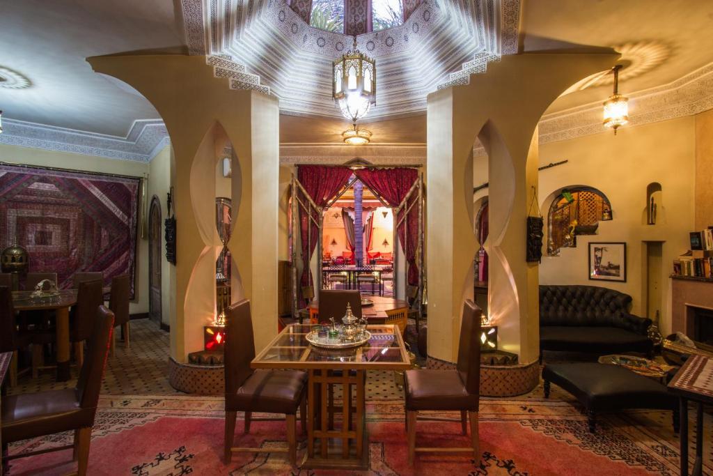 Een restaurant of ander eetgelegenheid bij Riad Amira Victoria