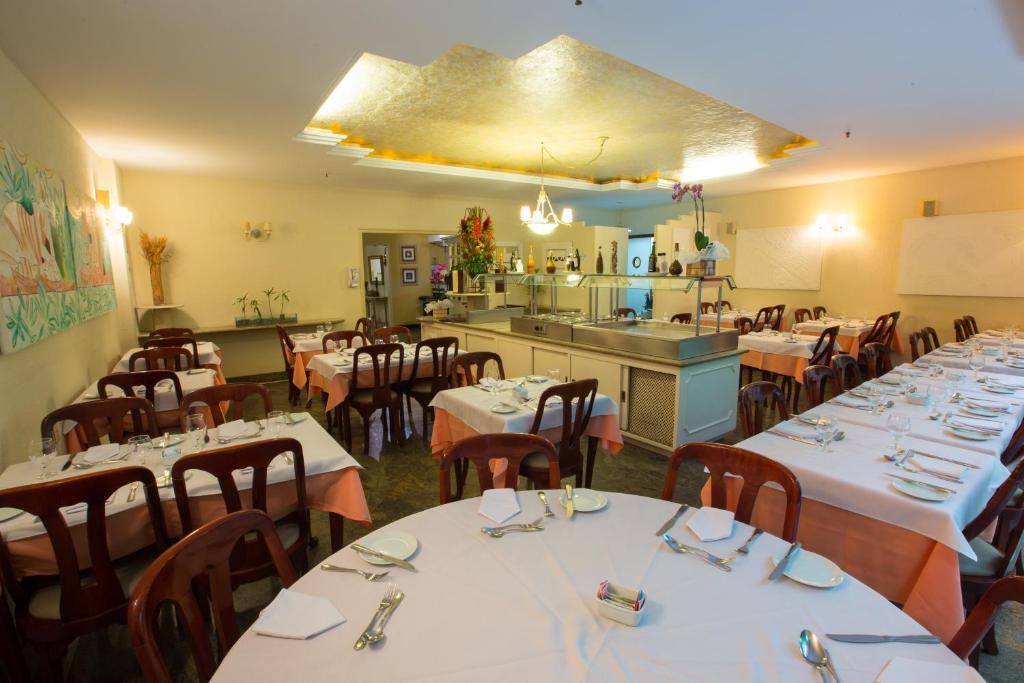 Un restaurante o sitio para comer en Augusto's Copacabana Hotel