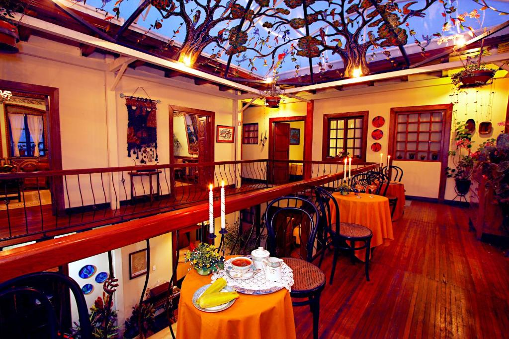A restaurant or other place to eat at Hotel Boutique Portal de Cantuña