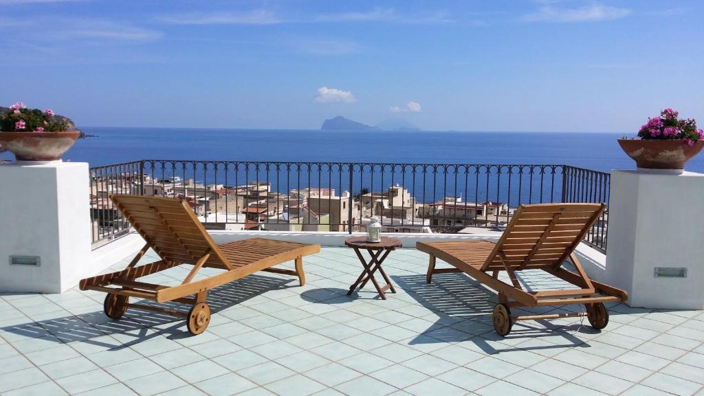 A balcony or terrace at La Zagara Hotel