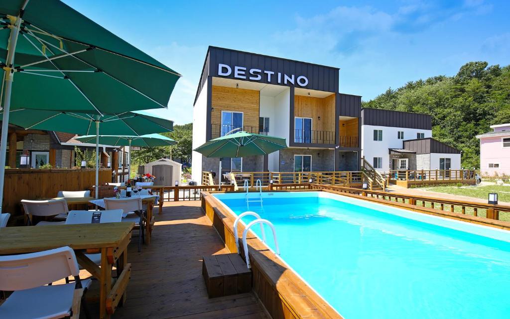 المسبح في Destino Pension Gyeongju أو بالجوار