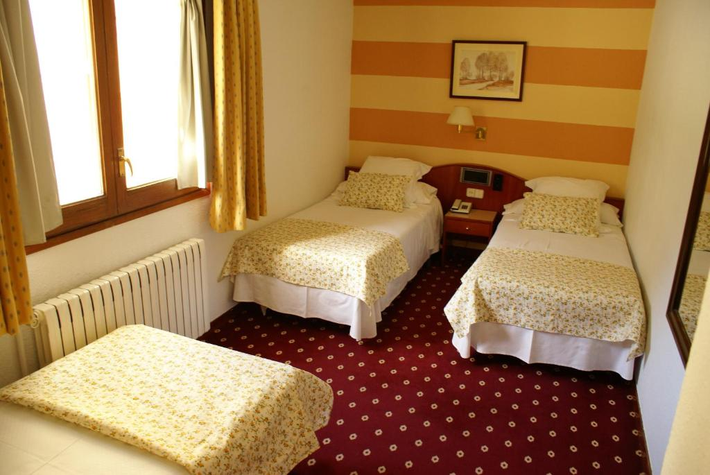A bed or beds in a room at Hotel Edelweiss