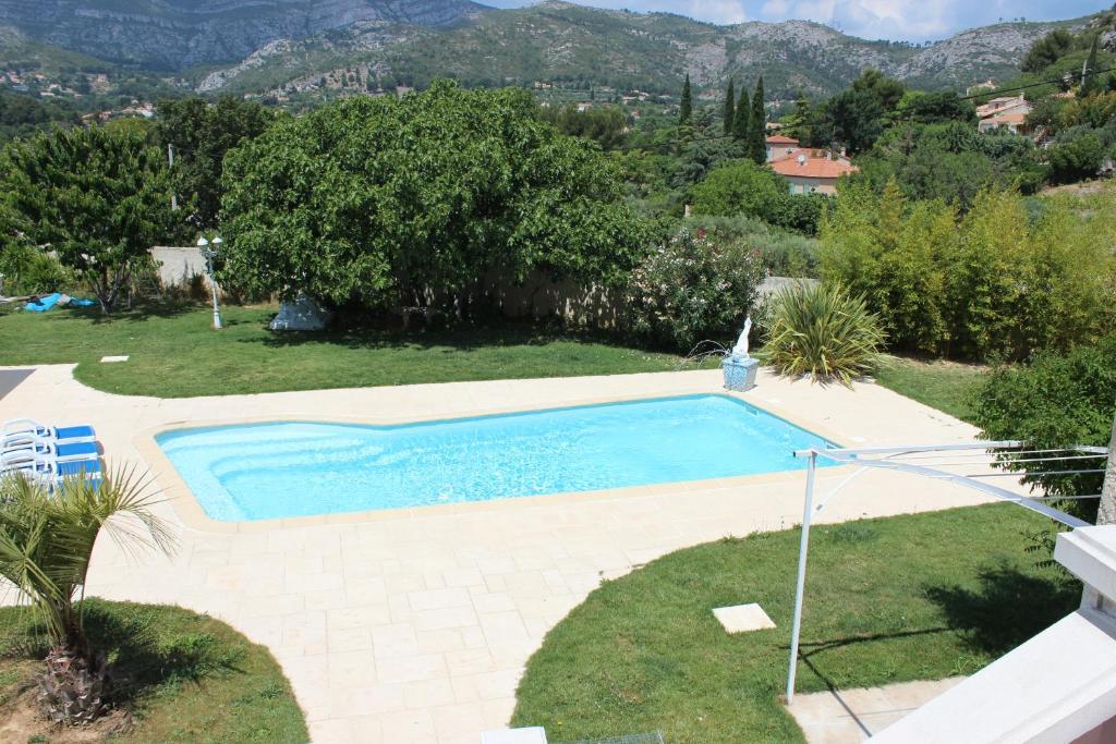Vue sur la piscine de l'établissement Roquevaire ou sur une piscine à proximité