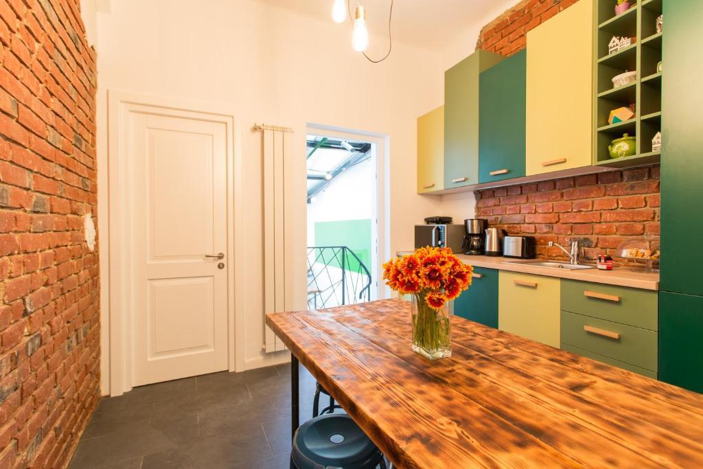 A kitchen or kitchenette at First Hostel Bucharest