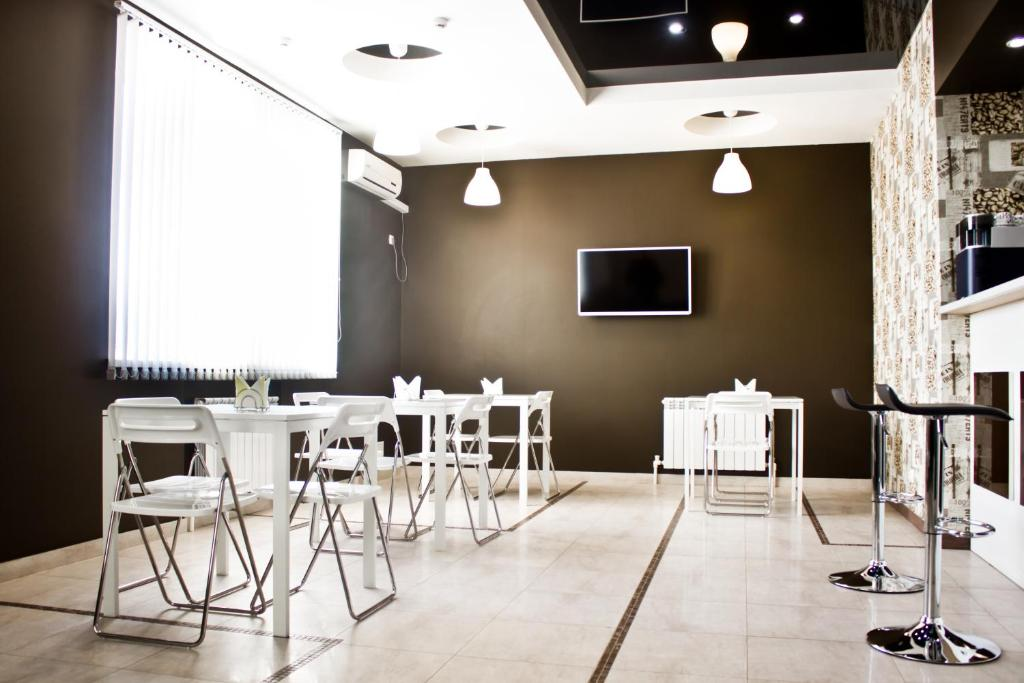 The lounge or bar area at Lexx Hotel