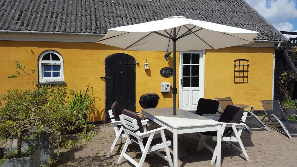 En terrasse eller udendørsområde på Bed & Breakfast Marstal