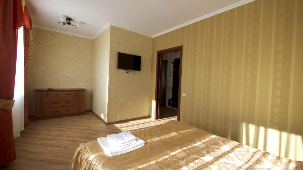 Кровать или кровати в номере Razdolie Liubiatino