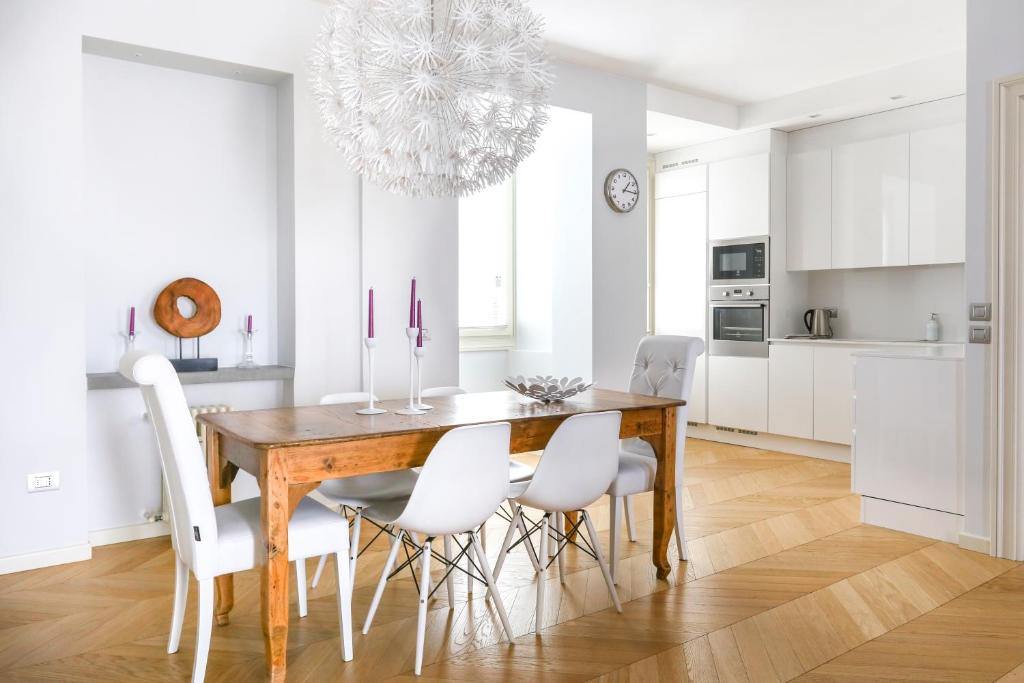 A kitchen or kitchenette at Riverside Apartment