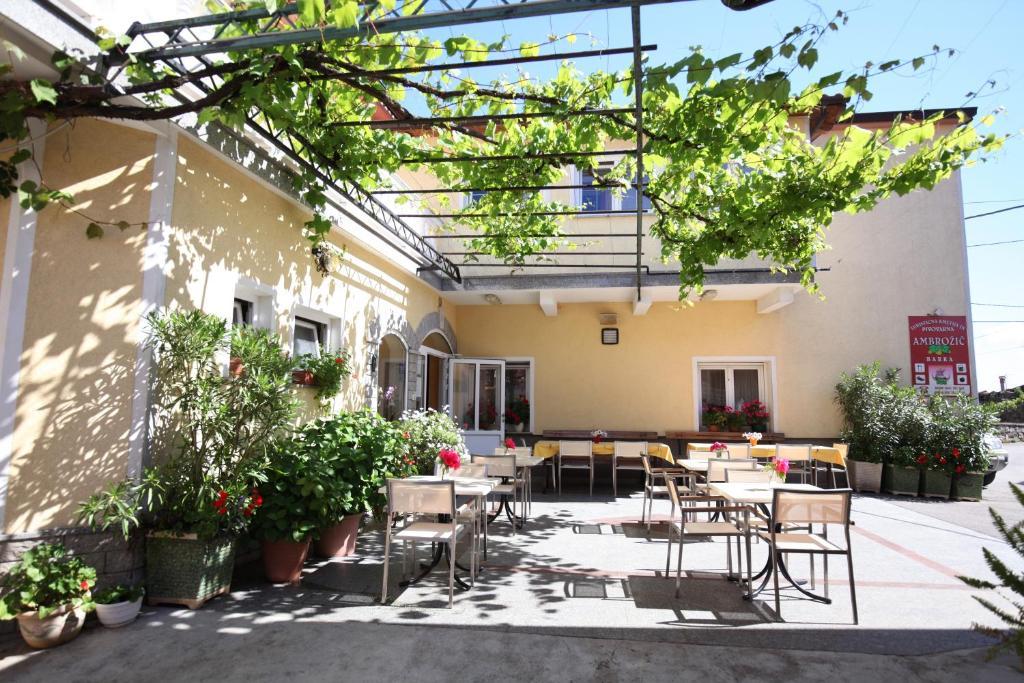 Tourist Farm Ambrožič 레스토랑 또는 맛집