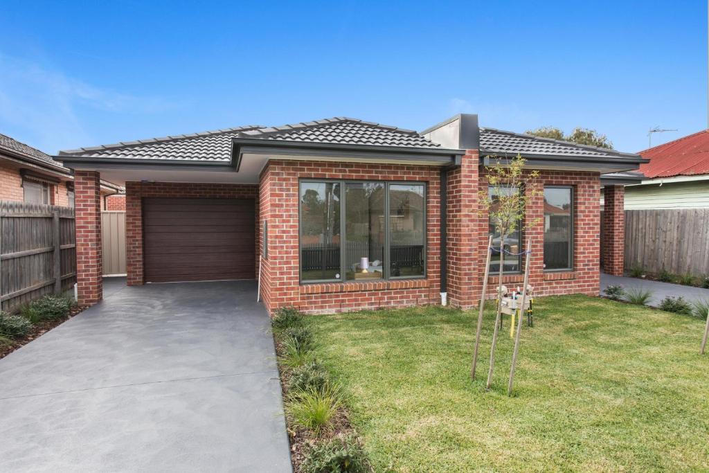 A garden outside Villa Maxweld - Melbourne