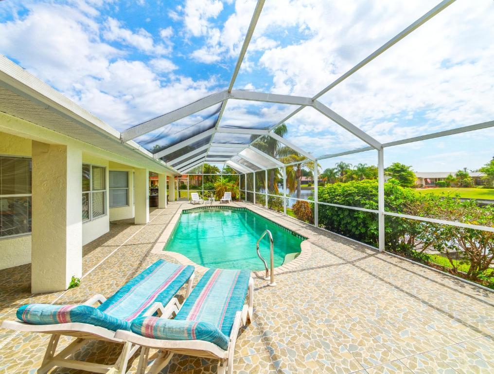 Der Swimmingpool an oder in der Nähe von Villa Rosa Florida