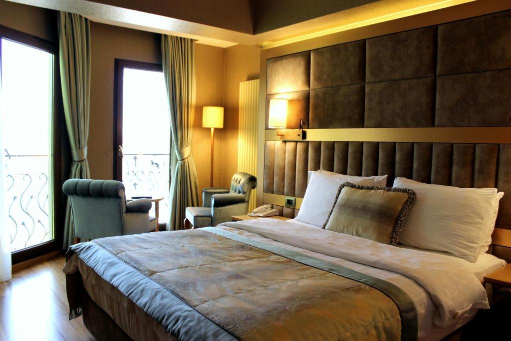 سرير أو أسرّة في غرفة في فندق لالي