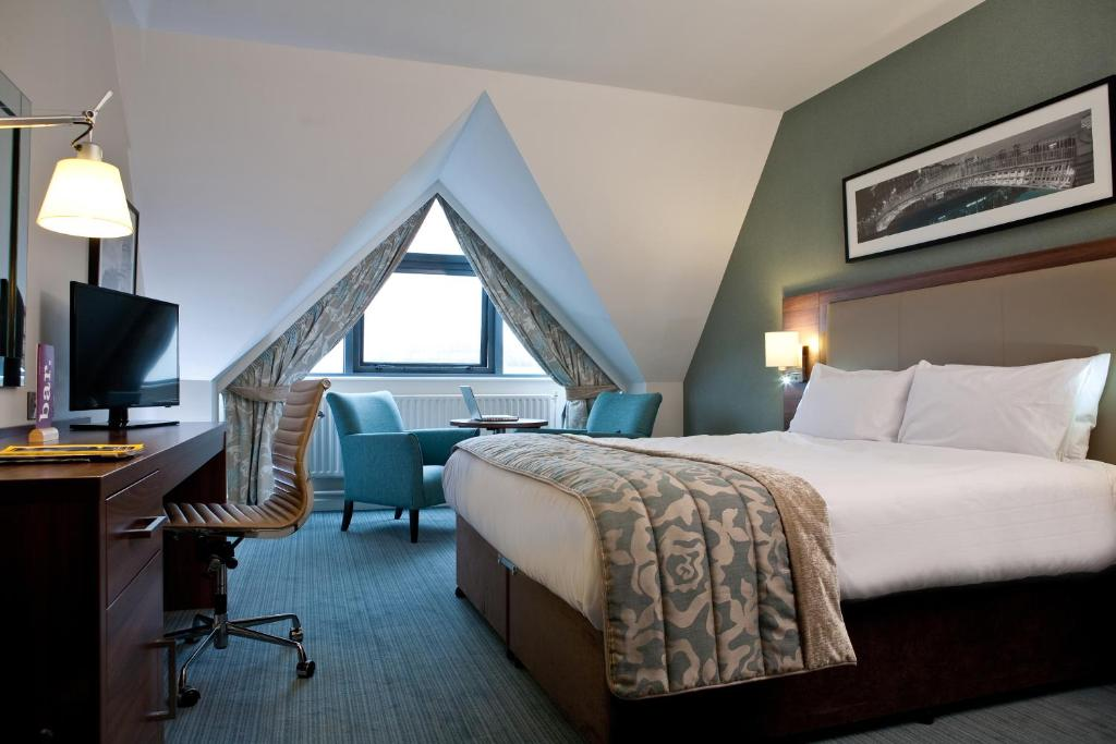 A bed or beds in a room at Jurys Inn Dublin Christchurch