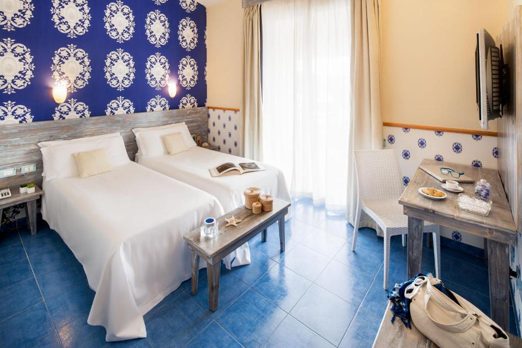 Un pat sau paturi într-o cameră la Ostia Antica Park Hotel & Spa