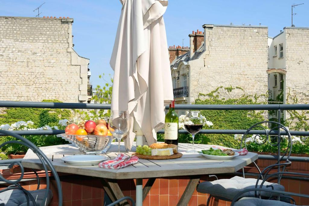 A balcony or terrace at 52 Clichy Bed & Breakfast