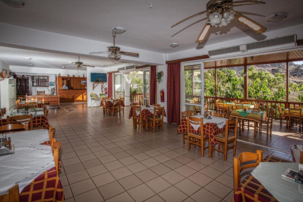 A restaurant or other place to eat at Ammoudi Hotel