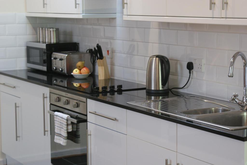 A kitchen or kitchenette at The Glen Mhor Apartments