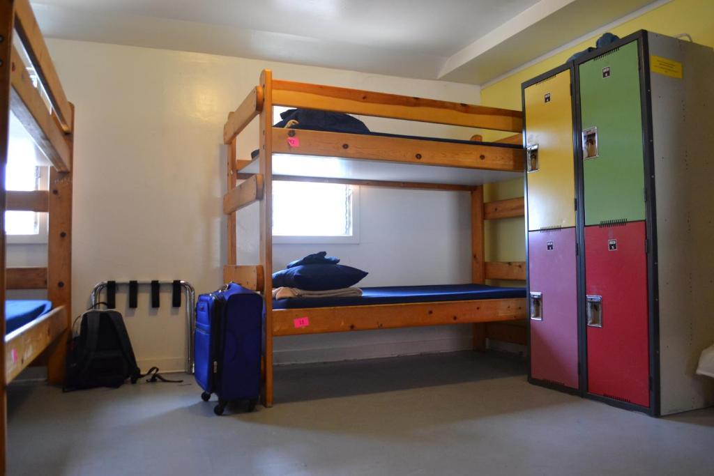 Letto o letti a castello in una camera di HI Los Angeles - South Bay Hostel