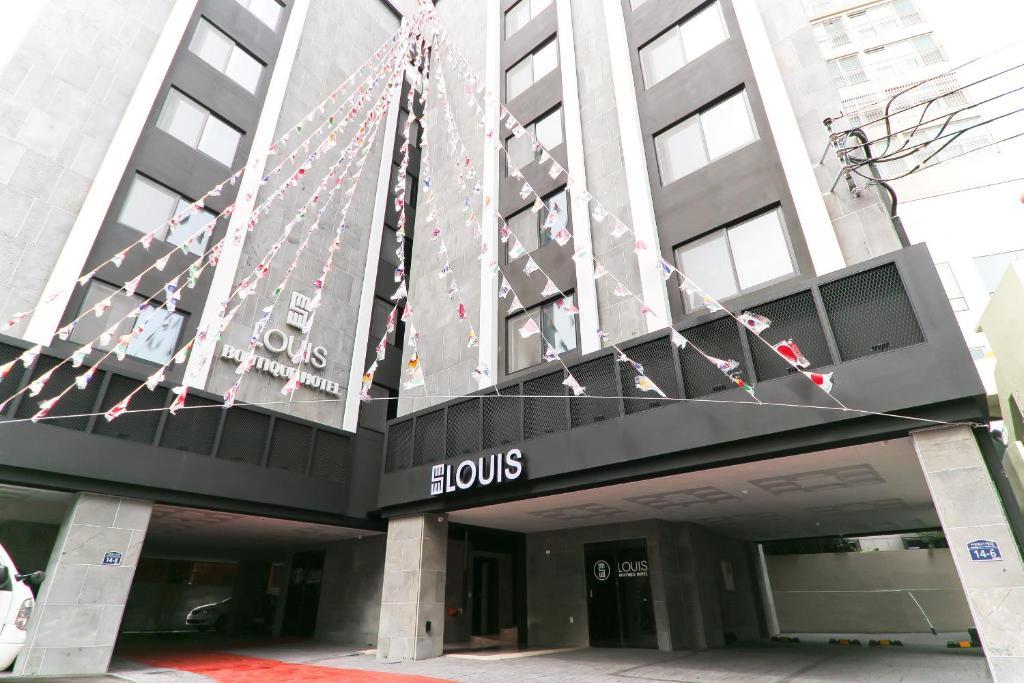 The facade or entrance of Louis Hotel